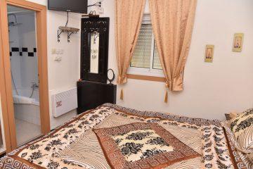סטנדרטי עם מיטה זוגית ואמבטיה